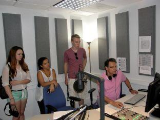 ARD-Radio-Chef Ralph Sina mit Anna Hardage, Nina Gutzeit und Dominic Caneva im Hörfunkstudio der ARD in Georgetown. Foto: Christina Bergmann