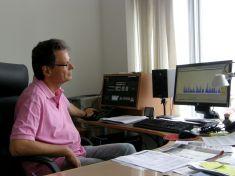 ARD-Radio-Chef Ralph Sina an seinem Schreibtisch - ohne Computer läuft im Radio nichts mehr. Foto: Christina Bergmann