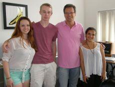 Anna Hardage, Dominic Caneva und Nina Gutzeit mit ARD-Hörfunkstudiochef Ralph Sina in seinem Büro in Georgetown. Foto: Christina Bergmann