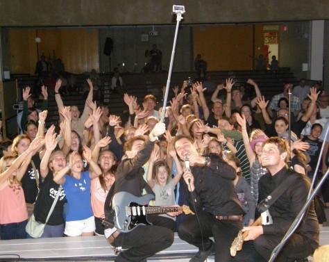 Artig macht ein Selfie mit den Fans and der Deutschen Schule/GLC