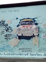 Die Künstlerin Birgit Kinder malt an der East Side Gallery und hat die Entstehungsgeschichte dieses Trabis dokumentiert. Foto: Nina Gutzeit