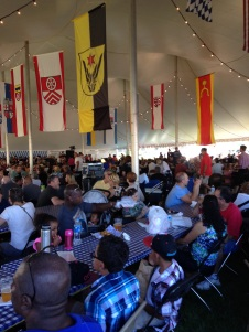 Im Zelt auf dem Oktoberfest in Lovettsville konnten die Besucher viel essen und trinken. Foto: Holly Jung
