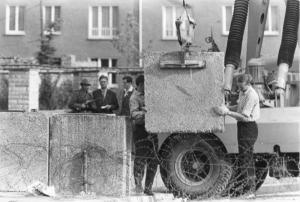 Massiv und aus Beton: Die Mauer in Berlin Foto: Bundesarchiv, Helmut J Wolf via Wikimedia Commons