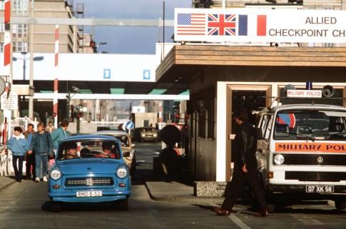 """Ostdeutsche nutzen die neue Reisefreiheit und besuchen den Westteil Berlins - die fahren durch den berühmten """"Checkpoint Charlie"""". Foto:  DoD, STAFF SERGEANT F. LEE COCKRAN via Wikimedia Commons"""