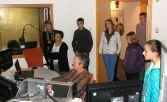 ZDF-Techniker/Cutter Askan Buse (vorne Mitte) erklärt wie ein Film für das Fernsehen entsteht Foto: Christina Bergmann