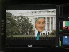 """""""Alien"""" Emma vor dem Weißen Haus. Eine grüne Jacke mit Kapuze vor dem """"green screen"""" macht's möglich. Foto: Christina Bergmann"""