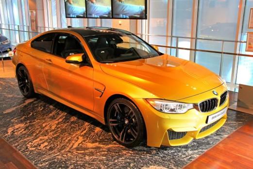 Das BMW F82 M4 Coupe in einem BMW-Ausstellungsraum in Berlin im August 2014. Foto: Art Konovalov/Shutterstock.com