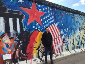 Paul Wlodkowski vor der East Side Gallery in Berlin Foto: privat
