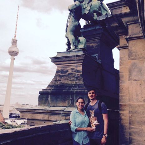 Paul Wlodkoswki mit seiner Freundin auf dem Berliner Dom - im Hintergrund der Fernsehturm Foto: privat