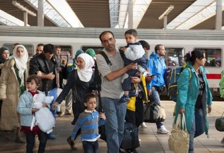 München im September 2015: Flüchtlinge aus Syrien, Afghanistan und dem Balkan steigen am Münchner Haputbahnhof in den nächsten Zug. Jazzmany / Shutterstock.com