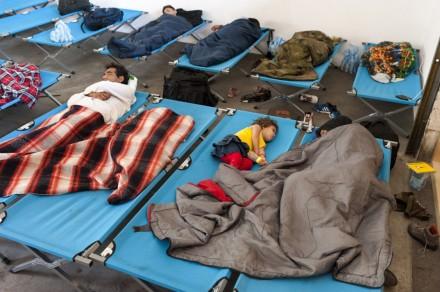 Passau im August 2015: Flüchtlinge schlafen und warten in einem Registrierungslager Foto: Jazzmany / Shutterstock.com