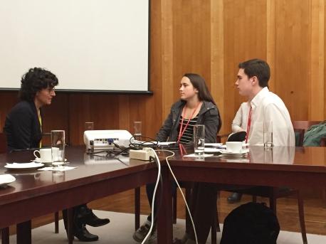 Allison Meakem (18) und Nicholas Stauffer-Mason (17) befragen Heike Toledo, Referatsleiterin bei der ZfA Foto: Christian Wagner