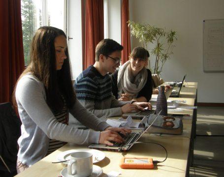 Allison Meakem, Nicholas Stauffer-Mason und Redaktionsteamleiterin Christina Kufer, Foto: Christina Bergmann