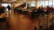 Die Cafeteria ist das Zentrum der Sprachschule am Samstag. Hier gibt es viel zu essen und genügend Tische für die Eltern, um zu arbeiten und sich zu unterhalten. Foto: Phillip Reeves