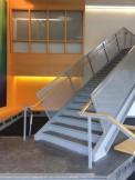 Das Innere des Naturwissenschaftsgebäudes ist sehr modern. Es gibt große Fensterfronten, klare Linien, helle Farben und modernes Design. Foto: Emma Lenz-Mann