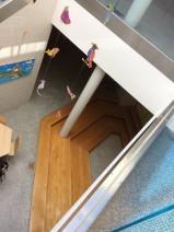 Dieses ist der Blick vom Erdgeschoss in das Untergeschoss der Grundschule. Hier dominieren helles Tageslicht und kreative Mobiles den Raum. Foto: Emma Lenz-Mann