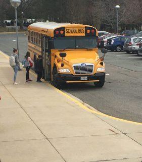 In den letzten Jahren ist die Sprachschule sehr gewachsen und darum gibt es nicht genügend Parkplätze. Aus diesem Grund müssen viele Schüler mit dem Bus zur Schule kommen und von ihren Eltern an einer Sammelstelle abgeliefert werden. Foto: Aaron Caneva