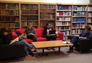 Viele Eltern finden, dass die Deutsche Schule ein idealer Platz ist, in der neuen Bibliothek, die ganz mit Glas umschlossen ist, zu arbeiten oder sich in einem neuen Buch zu verlieren. Foto: Phillip Reeves