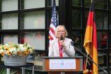 Petra Palenzatis, Schulleiterin der Deutschen Schule gratuliert der GLC zum Jubiläum. Foto: Christina Bergmann