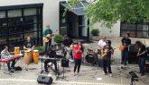 Die Shamans of Sound Band aus Maryland spielte als Debütvortrag während des Festes Reggae und Neo-Soul Musik. Sängerin Navisa Yasmin Hunter ist Lehrerin an der GLC und der Gitarren- und Posaunenspieler Timmy McGowan, der nur heute dabei war, ist in der GLC DSDI Klasse. Foto: Phillip Reeves