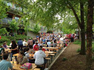 Das Fest hatte in der Nähe der Band einen typisch deutschen Biergarten, wo Feiernde sich ausruhen und das Essen mit Freunden genießen konnten. Foto: Phillip Reeves