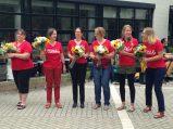 Für mehrere Lehrerinnen war dieses Jahr ihr letztes an der GLC. Sie wurden von Frau Hopkins während der Feier mit Blumensträußen verabschiedet. Foto: Phillip Reeves