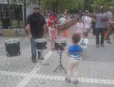 Ein kleiner Junge erhält von einem Mitglied der Shamans of Sound Gratis-Unterricht im Trommeln. Foto: Joshua Caneva