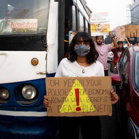Disha Ravi bei einem Klimastreik im November 2019 in Bangalore, Indien.