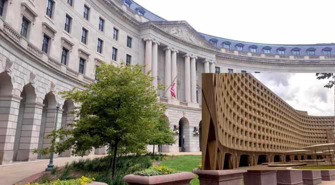 Das neoklassizistische EPA-Gebäude in Washington, DC, im Vergleich zum modernen HUD-Gebäude mit viel Beton.