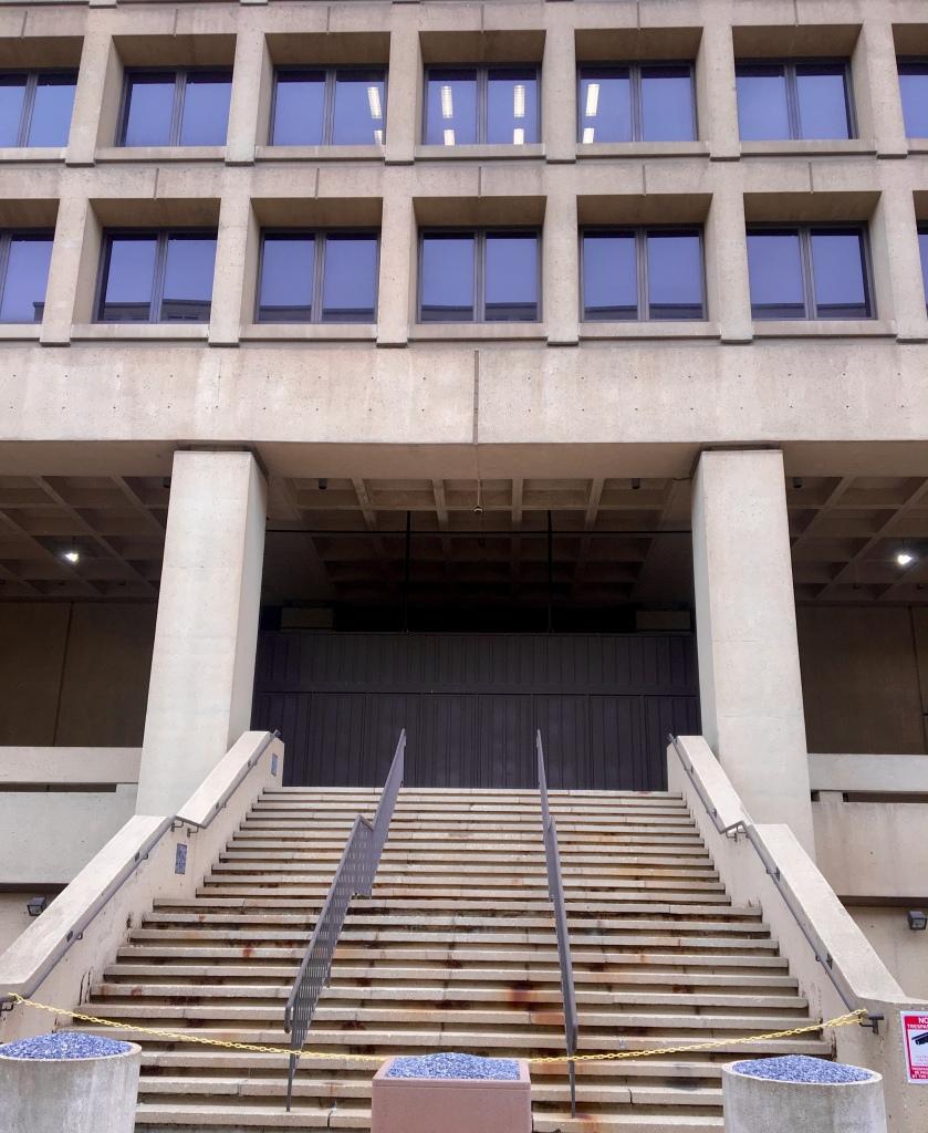 Treppenstufen zum Eingang des FBi Gebäudes in Washiongton DC. Das Gebäude im brutslistischen Stil hat klare Linien und viel Beton