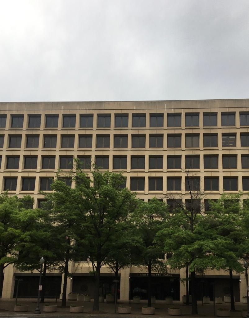 Die Fassade des FBI-Gebäudes in Washington, DC, mit geometrischen Formen und viel Beton.
