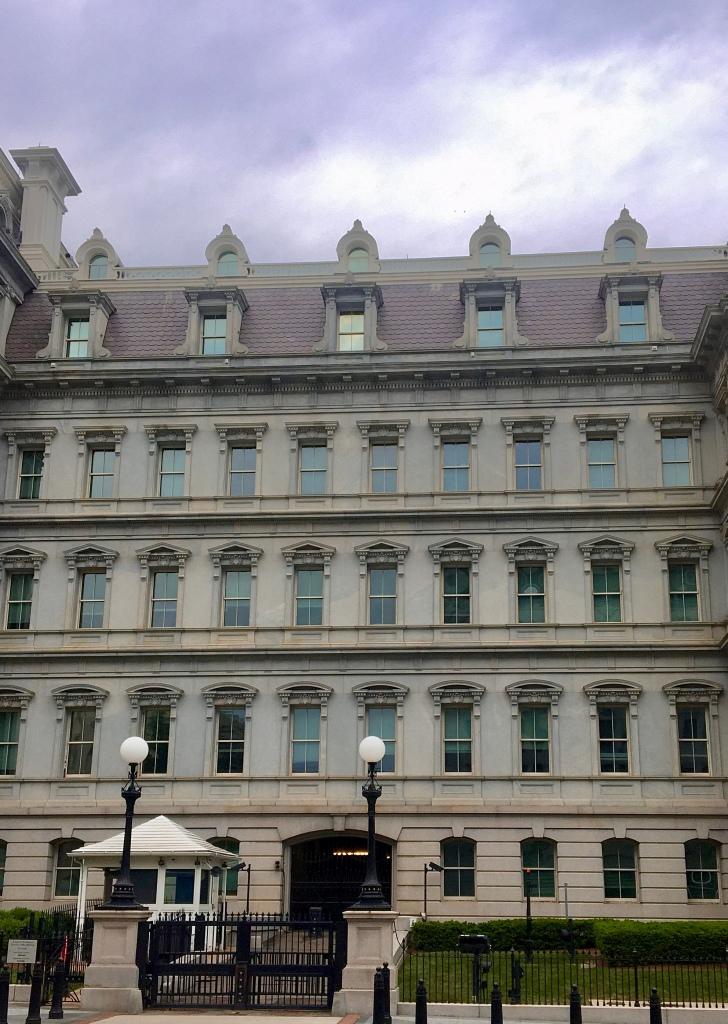 Die Fassade des Executive Offices Gebäudes in Washington, DC, ist im Second Empire Stil gebaut, mit vielen Verzierungen.