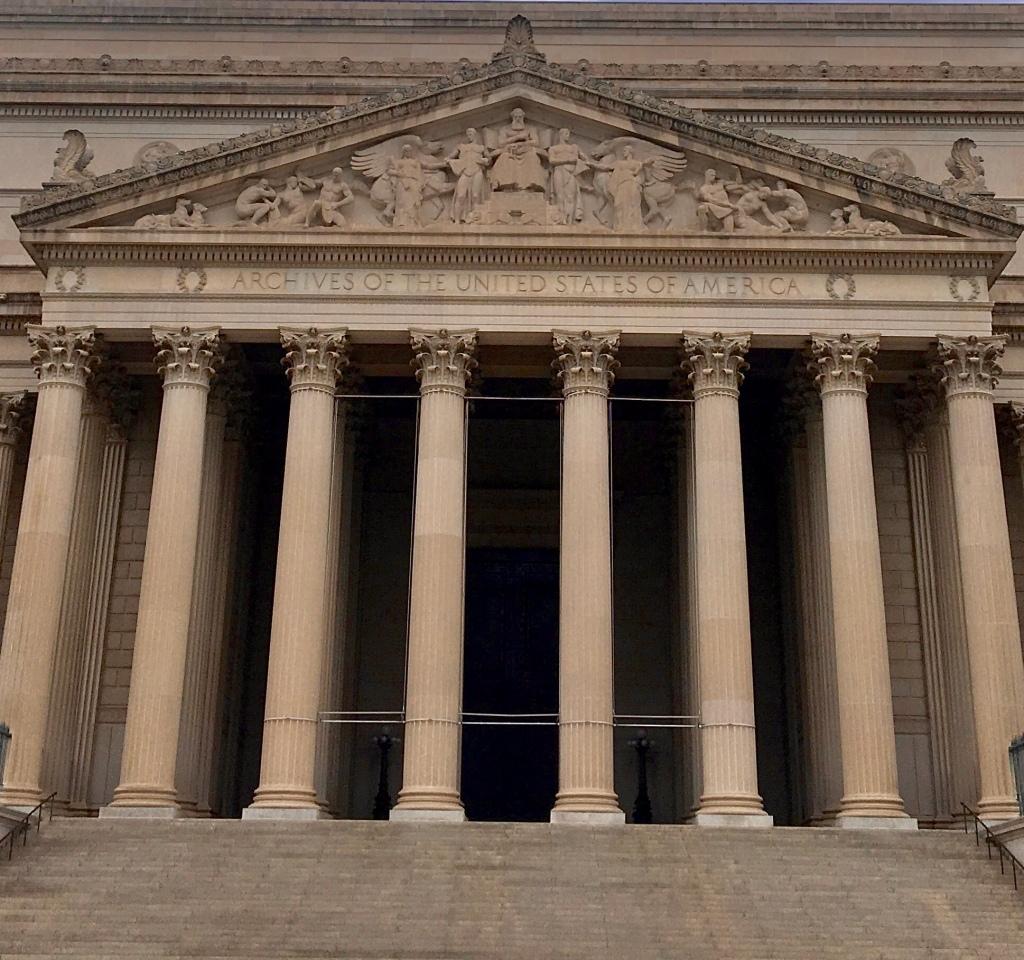 Der Eingang zum Nationalarchiv in Washington, DC, ist im neoklassizistischen Stil gebaut, mit vielen Säulen.